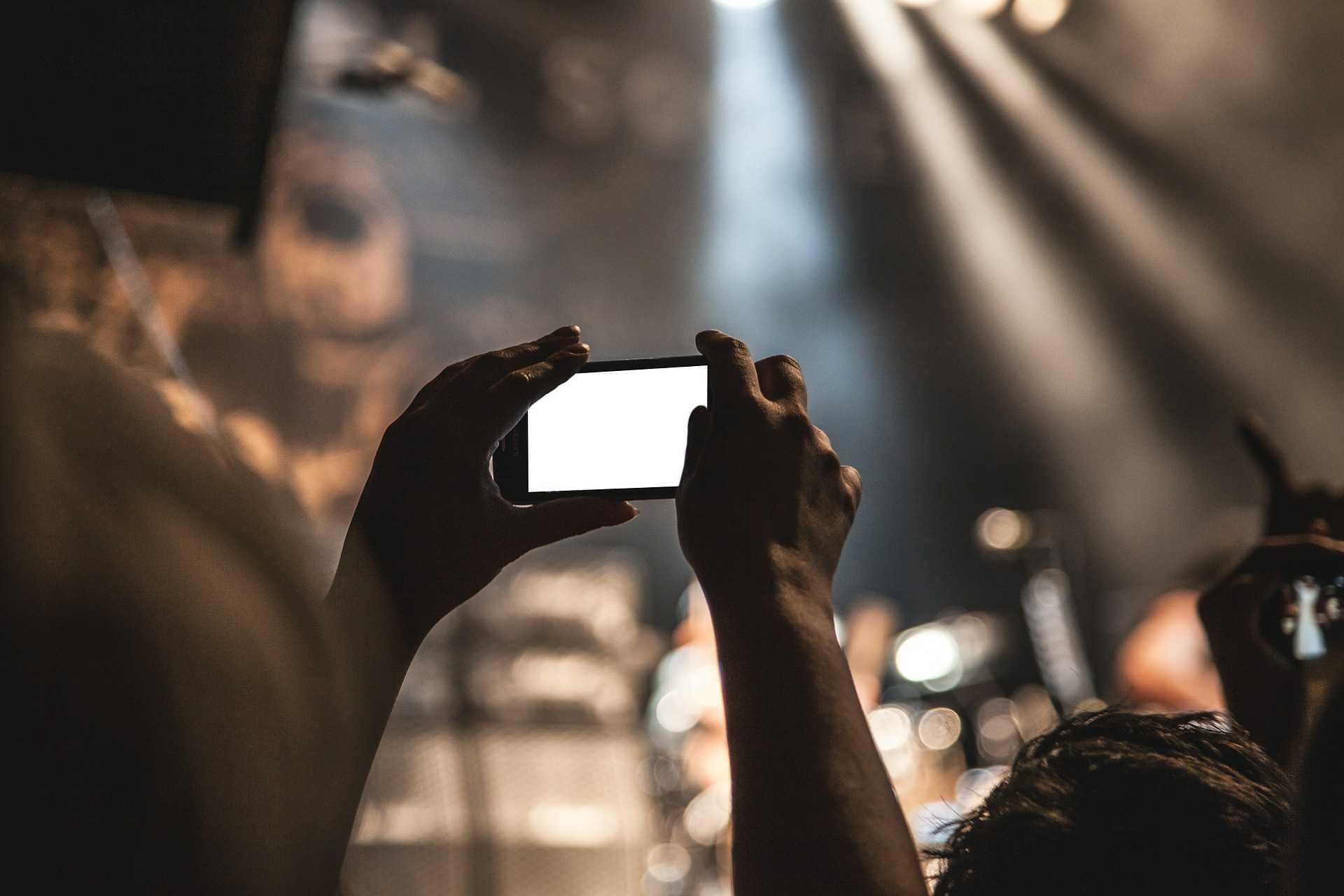 REALIZAR UN REPORTAJE CON UN TELÉFONO MÓVIL O UNA MINI CÁMARA